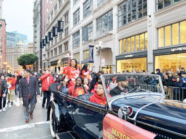 布里德市長參加由中華總商會舉辦的中國年大巡遊。(照片由市長辦公室提供)