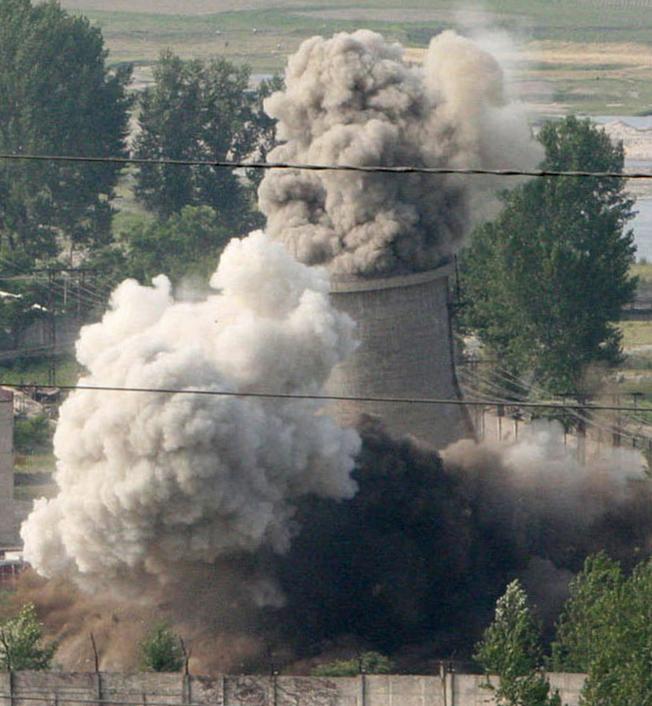 北韓過去曾兩次同意停止寧邊核設施運作,圖為2008年公開摧毀冷卻塔畫面。(美聯社)