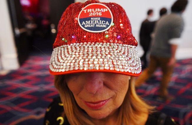 出席保守派政治行動大會的代表戴著「讓美國再度偉大」的帽子。(Getty Images)