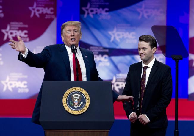 川普總統(左)邀請代表威廉斯上台,威廉斯因支持保守派而在柏克萊加大校園遭到攻擊。(美聯社)