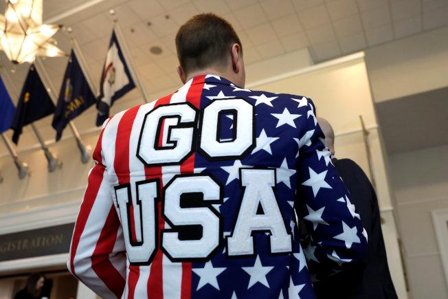 出席保守派政治行動大會的代表身穿「加油,美國」上衣。(路透)