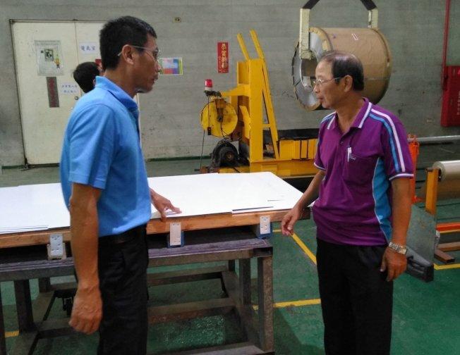 67歲的劉年甲是造船資深工程師,擁有39年業界資歷的他,在南區銀髮中心協助下,重回業界擔任技術顧問,讓退休生活更加精彩。記者蔡容喬/攝影