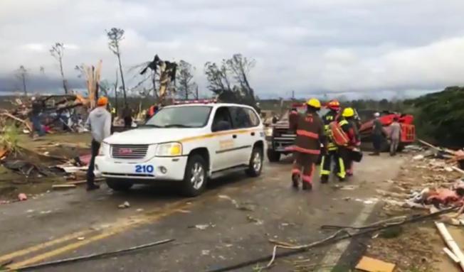 阿拉巴馬州李郡3日遭龍捲風侵襲,至少造成23人死亡。(美聯社)