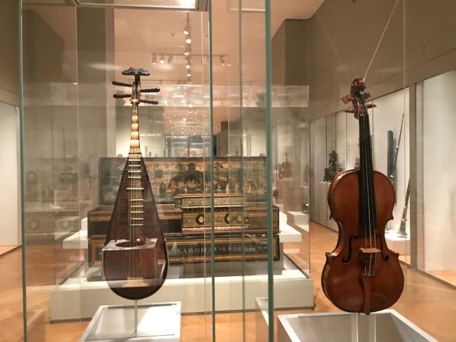 16世紀明代琵琶(左)和阿瑪蒂小提琴(右)並列展示。(熊傳慧/攝影)