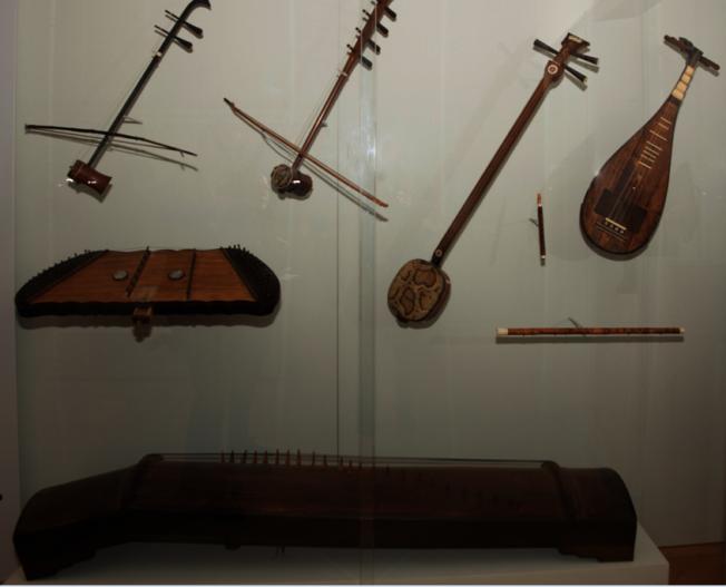 絲竹樂器一起陳列,下方是已知傳世最古老的瑟。(蘇彩菁/攝影)