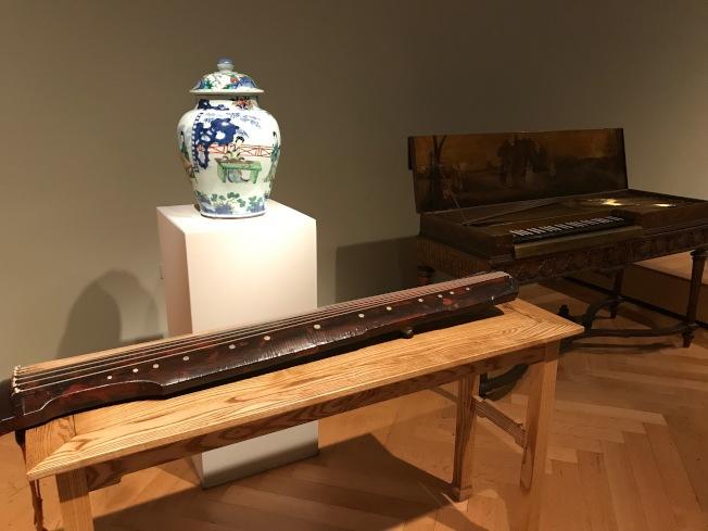 古鋼琴(右)、中國古琴(左下)、瓷器(左上)一起展示。(熊傳慧/攝影)