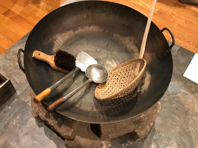 100多年前華工興建鐵路時的炒菜大鍋。(特派員黃惠玲/攝影)