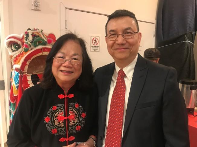 華埠博物館基金會會長梅素蘭(左)介紹博物館新任館長劉振斌(右)。(特派員黃惠玲/攝影)
