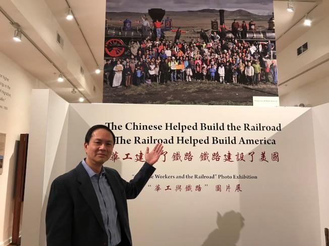 UIC亞裔歷史副教授江慕白介紹李國揚重拍的「鐵路完工歷史照」。(特派員黃惠玲/攝影)