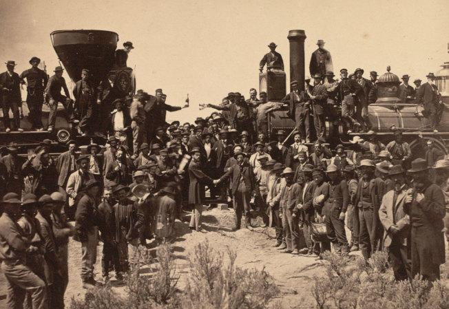 150年前橫跨美國大陸的兩線鐵路會合時所拍攝的照片中,不見貢獻重大的華人身影。(維基百科)