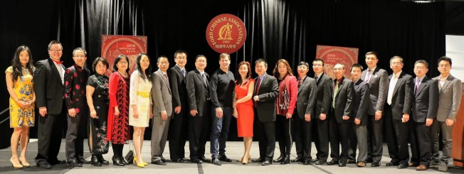 福特華人協會成員與法利(左十)祝賀大家新春快樂。(福特華人協會提供)