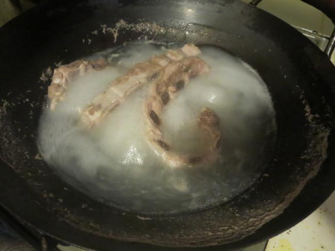 排骨燙熟並撈出浮沫,以去除豬腥味。