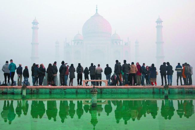印度名勝泰姬瑪哈陵今年1月籠罩在嚴重霧霾中。(路透)