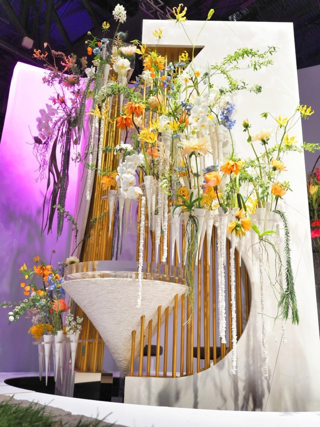 李嘉偉的餐桌設計,利用曬乾的山藥組成錐形桌面,表現味覺和觸覺。(台灣花店協會提供)