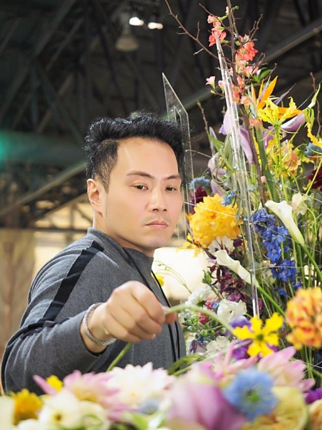 李嘉偉大學就讀機械系,畢業後卻成為花藝設計師,日前代表台灣參加世界盃花藝設計大賽。(台灣花店協會提供)