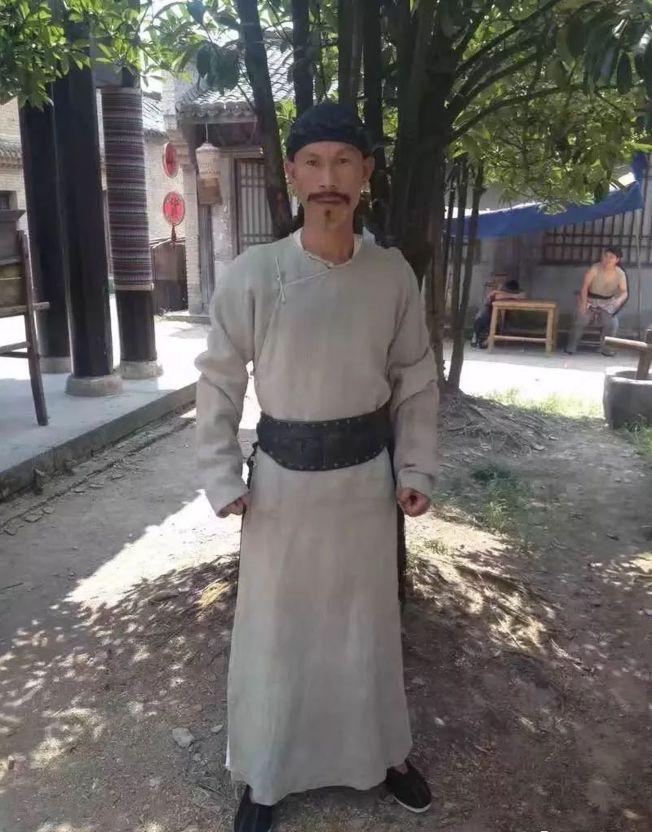 郭标的身形与刘佩琦很像,都是细长脸。(取材自北京青年报)