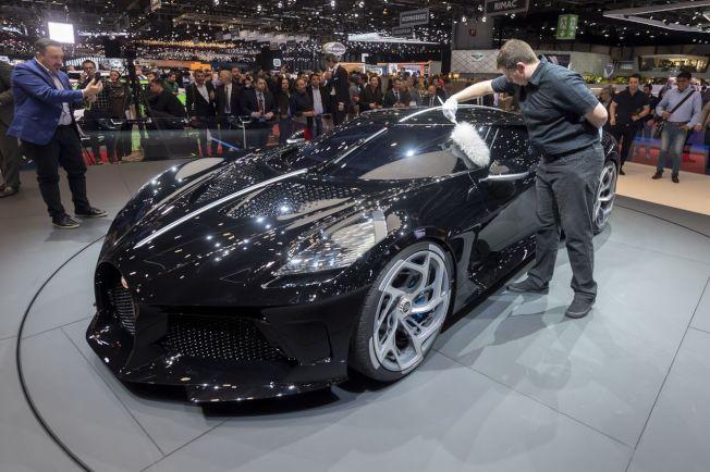 號稱史上最貴新車的Bugatti「黑車」(La Voiture Noire)在日內瓦國際車展亮相。歐新社