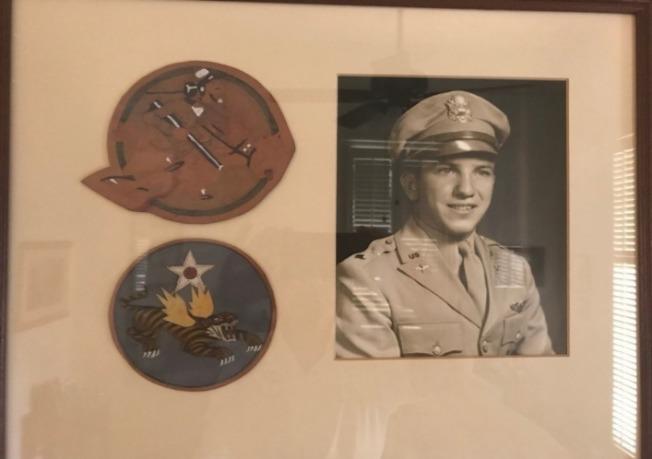 用第14航空隊「飛虎」標誌裝飾的鏡框。