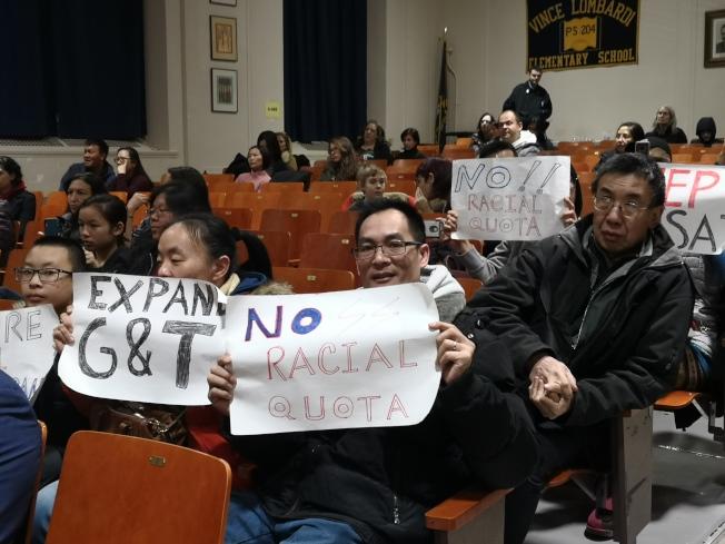 不少華裔家長也參加了此次會議。(記者黃伊奕/攝影)