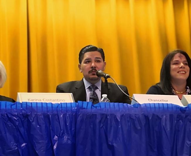卡蘭扎因特殊高中改革問題被家長現場質問。(記者黃伊奕/攝影)