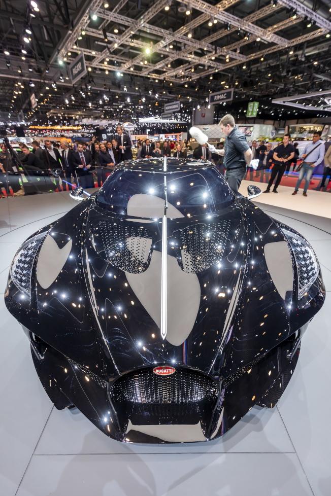 號稱史上最貴新車的Bugatti「黑車」在日內瓦國際車展亮相,它的外形像蝙蝠車。(歐新社)
