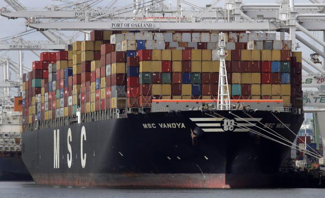 一艘集裝箱貨輪的燃油排量約等於1000萬柴油車。(美聯社)