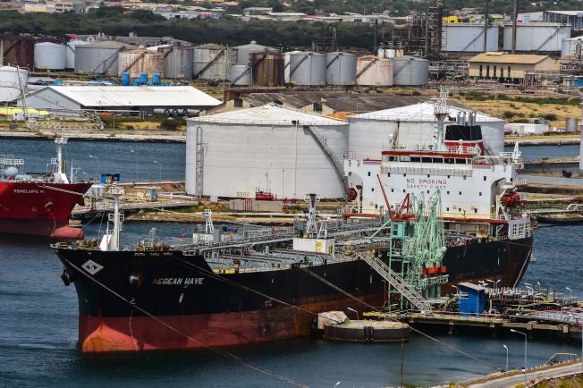貨輪要嘛改裝燃油系統,不然就是加裝洗滌器。(Getty Images)
