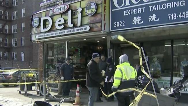 商店的大門和窗戶被撞毀,店外一片狼藉。(取自視頻截圖)