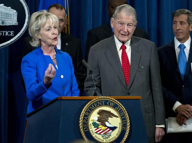 前聯調局長和中情局長韋伯斯特(前右)也曾接到過詐騙電話和詐騙電郵,左為韋伯斯特太太。(美聯社)