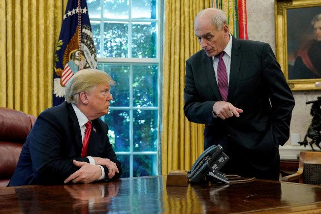 白宮前幕僚長凱利(右)離職後,首度打破沉默,指川普邊境築牆勞民傷財,並稱白宮幕僚長是最不好受的工作。(路透)