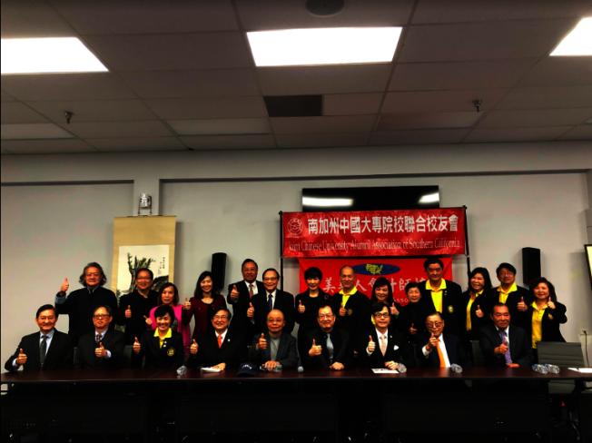 蔡俊章(前右四)和僑教中心主任翁桂堂(前右三)等合影。(記者張越/攝影)