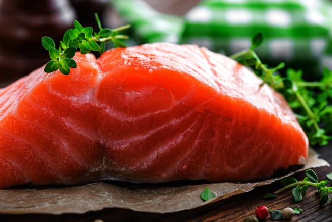 鮭魚富含的油脂能協助穩定產後的情緒。 (取材自ingimage)