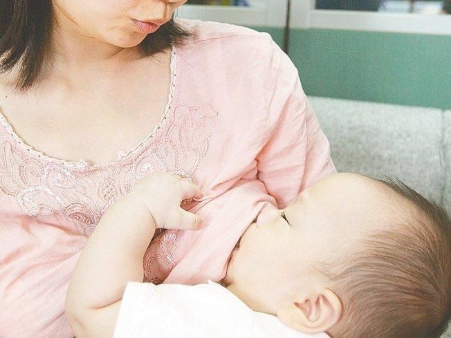 許多媽媽都害怕,親餵無法確定確定寶寶食量,可能讓寶寶餓肚子,其實媽媽親餵不會讓寶寶吃不飽。(本報資料照片)