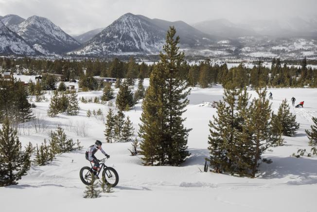 滑雪度假村推出登山車等活動,因應暖冬少雪的情況。(美聯社)