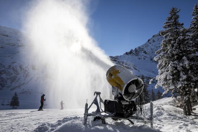 瑞士鐵力士山(Mount Titlis)的度假村業者利用人造雪覆蓋路面。(歐新社)