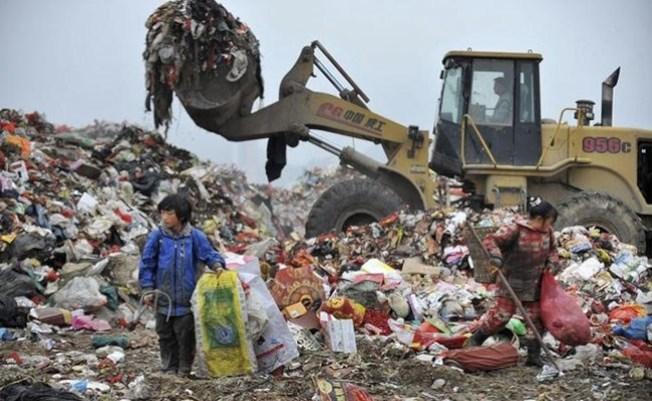 中國2018年開始拒收多種外國垃圾,圖為中國孩童在垃圾場為垃圾分類。(路透)