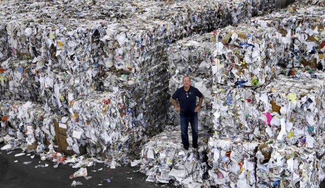 美國回收物品堆積如山,卻無法有效消化並處理掉這些回收紙類。(美聯社)