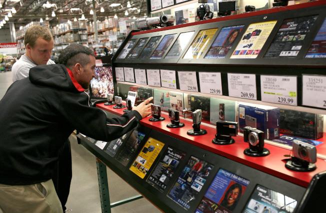 在好市多購買電子產品,就享有該產品的免費技術支援服務 。圖為顧客瀏覽好市多的數位照相機。( Getty Images)