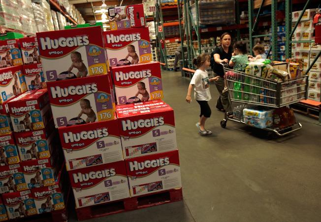 由於父母親需購買大量的尿布、嬰兒濕紙巾以及其他嬰兒產品, 因此前往好市多撿便宜很合理。圖為好市多販售的尿布。(Getty Images)
