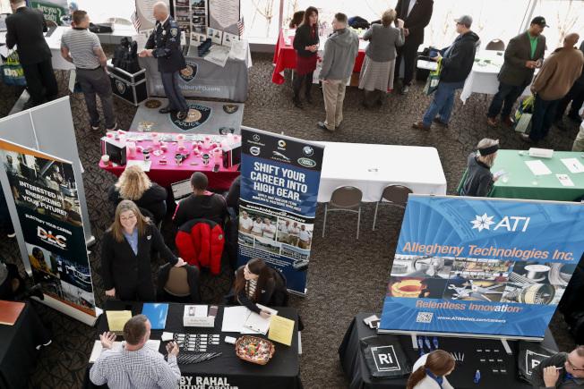美國失業率再降,但就業機會也減少了,圖為賓州匹茲堡專為退伍軍人舉辦的招聘會。(美聯社)
