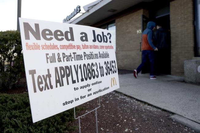 美國失業率再降,但就業機會也減少了,圖為新澤西州一家麥當勞店的招募廣告。(美聯社)