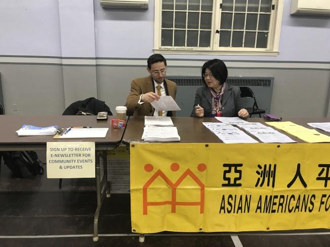 馮郁雯(右)和珀斯達(左)為民眾解答相關的移民問題。(記者牟蘭/攝影)