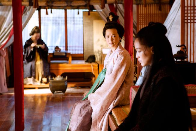 詠梅(中)在《刺客聶隱娘》的戲分雖然不多,卻讓《地久天長》製片人劉璇留下深刻印象。(取材自豆瓣電影)