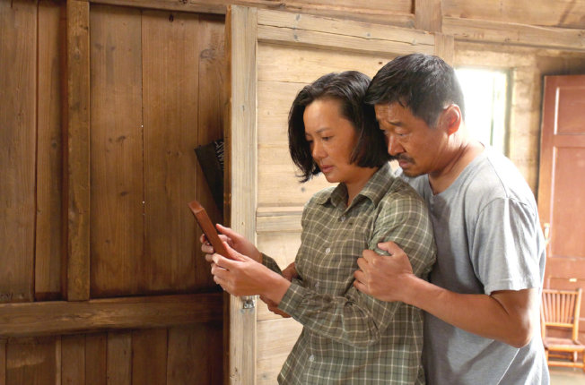 《地久天長》中,詠梅(左)和王景春飾演夫婦檔,兩人因無法承受喪子之痛,從北方城市到福建落腳。(取材自豆瓣電影)
