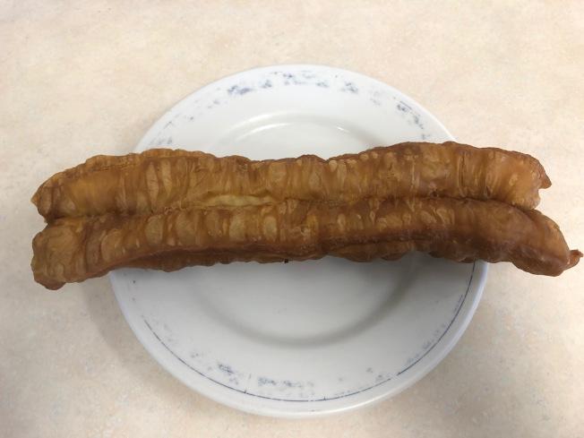 中式傳統油條比麥當勞的Donut Sticks大多了。(記者胡清揚/攝影)