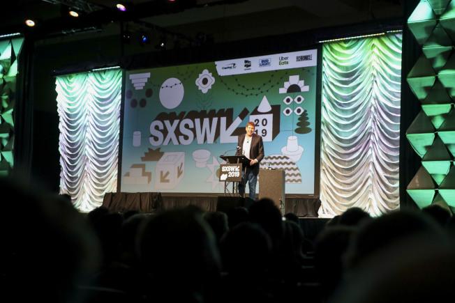 為期十天的SXSW節內容包括電影、互動媒體、音樂和各種形式會議。圖為主持人歡迎各方來賓。(新華社)