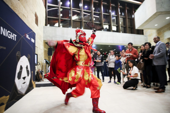 四川成都也在SXSW節上推廣旅遊,尋求合作機會。圖為川劇演員表演變臉。(新華社)
