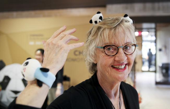 四川成都也在SXSW節上推廣旅遊,尋求合作機會。圖為觀眾戴上熊貓頭飾。(新華社)