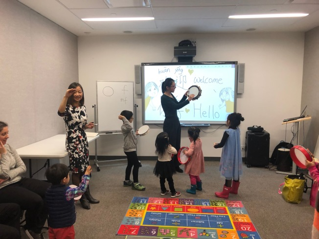 试听课程上,老师向在场学生们演示打击乐演奏。(记者和钊宇/摄影)