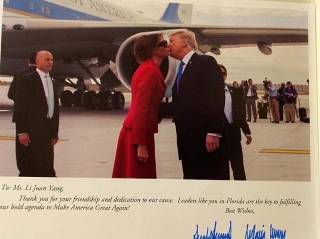 川普總統親筆簽名給楊莅的卡片,稱讚她是佛州的領袖。(取材自臉書)